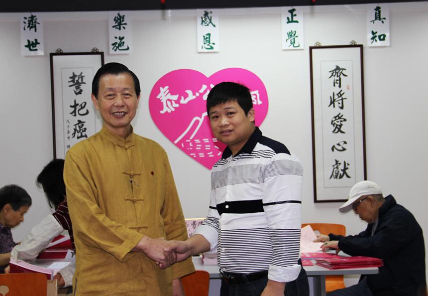 曾伟奔赴香港为癌症患者蜂疗